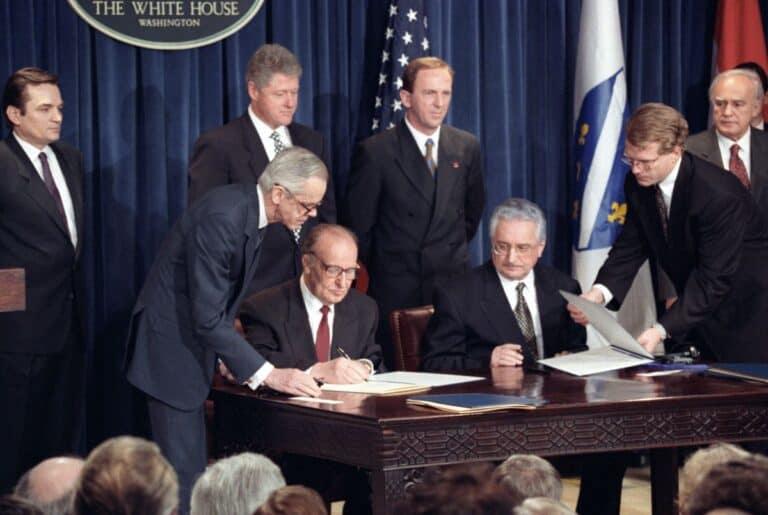Franjo Tuđman i Alija Izetbegović potpisuju mirovni sporazum u Washingtonu